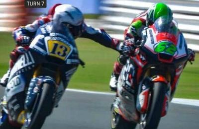 El peligroso gesto antideportivo de un motociclista: apretó el freno de su rival en plena carrera