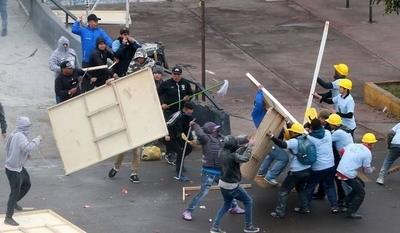 HOY / Nunca antes visto: batalla campal entre barras y evangélicos