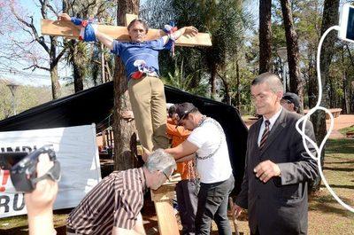 """Exfuncionario se crucifica para """"tocar el corazón"""" de Sandra McLeod y le pague su indemnización"""