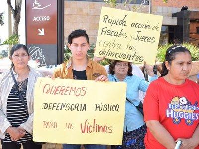 Vecinos de Villarrica repudian asesinato de policía y su familia
