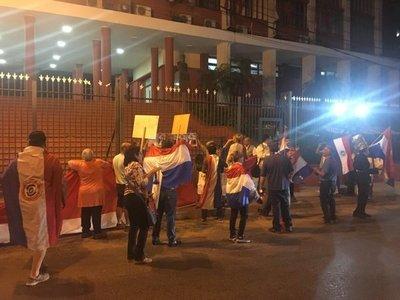 Indignados escrachan a políticos frente a la sede de la ANR