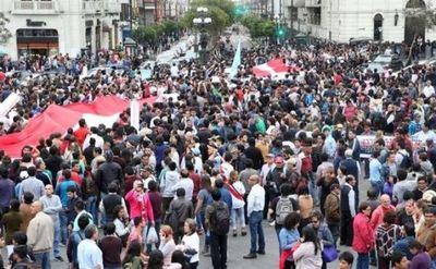 Miles marchan en Lima para pedir renuncia del fiscal general por corrupción