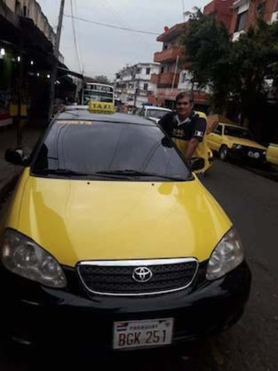 Taxista fue  aplaudido por  devolver un celular ajeno