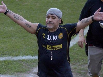 Maradona inicia su camino para salvar al 'Gran Pez'