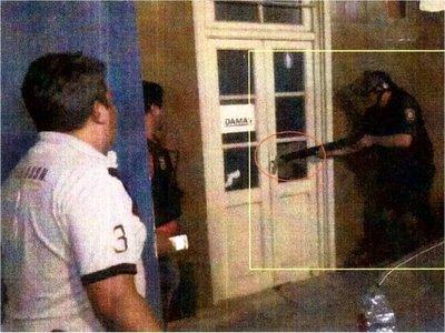Según pericia fiscal, agente antimotín rompió el vidrio y disparó a personas