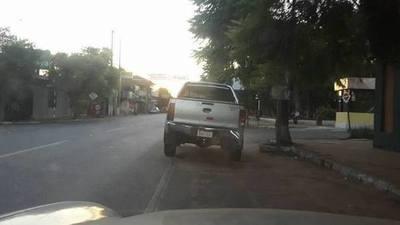 Multan a dueña de una camioneta averiada por mal estacionamiento