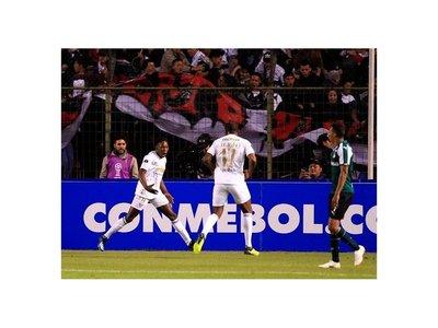 Liga de Quito aprovecha un grave error y vence al Cali