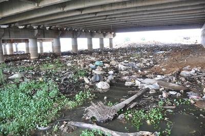 Lento avance en la limpieza de desembocadura del arroyo Mburicaó