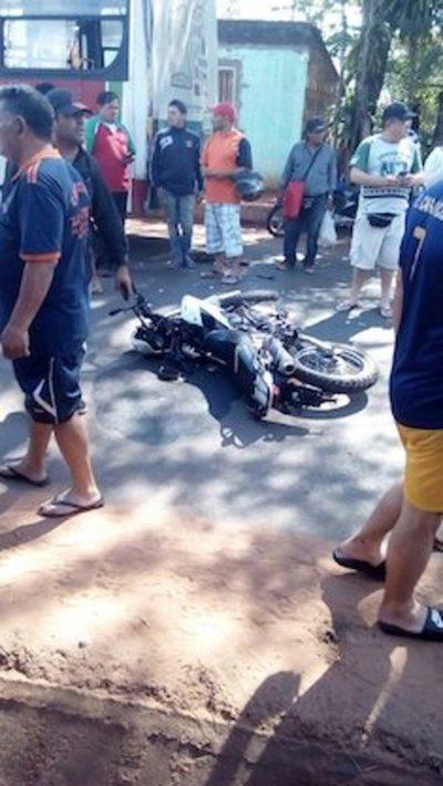 Chofer atropella y casi mata a policías