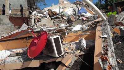 Edificio de 4 pisos se derrumba a raíz de una excavación contigua
