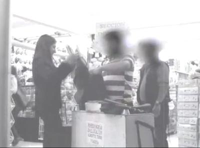 """Jóvenes lanzan campaña """"Todas somos nueve"""" contra el lacrado de carteras en comercios"""