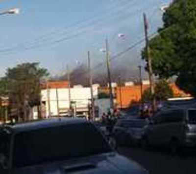 Principio de incendio afecta un supermercado en Asunción