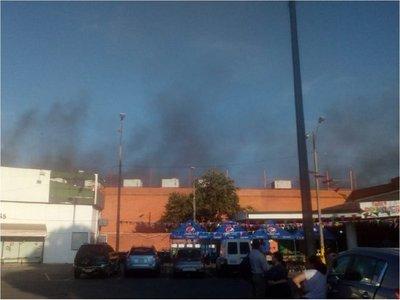 Bomberos controlan principio de incendio en un supermercado