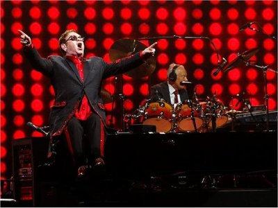 """Elton John acuerda con Universal """"por el resto de su carrera"""""""
