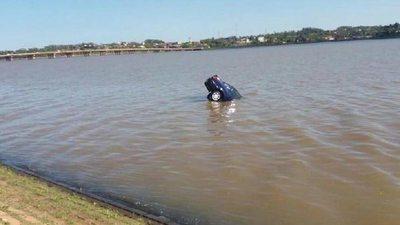 """Salió a caminar y su auto se fue """"a nadar"""""""