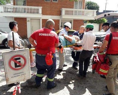 Obrero sobrevive tras caer del sexto piso