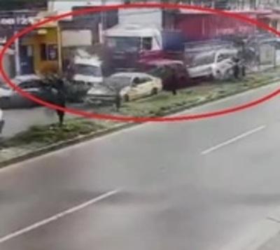 Video muestra el violento choque del camión contra 7 vehículos