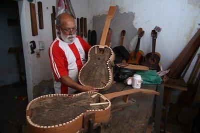 Don Chávez fabrica  guitarras hace 50 años