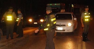 HOY / Barras luqueños agredieron y robaron a agentes de la Patrulla Caminera
