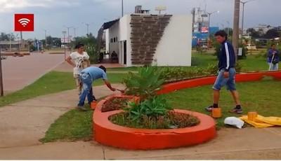 Vendedores ambulantes embellecen la playa San José