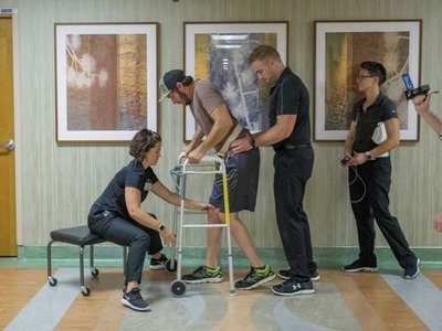 Paciente con parálisis logra andar gracias a la estimulación electrónica