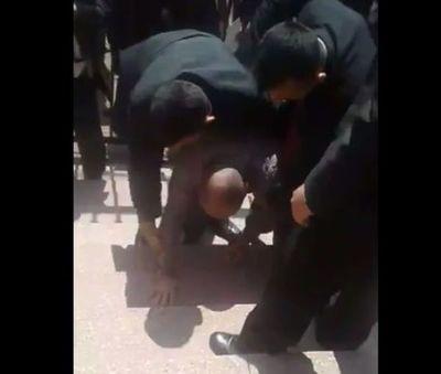 Guardias de Cartes agreden a periodista