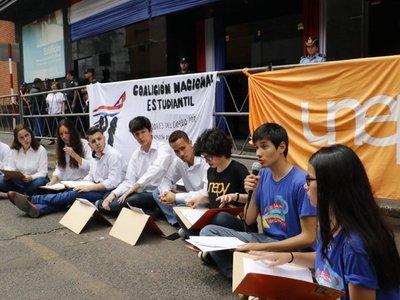 Estudiantes exigen ser incluidos en reforma educativa