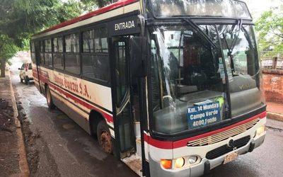 Bache traga rueda de bus