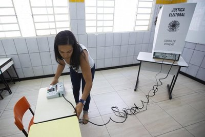 """Amenaza de """"fake news"""" crece en Brasil en vísperas de elecciones"""