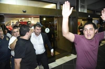 Con vítores reciben a acusado de acoso en Taiwán