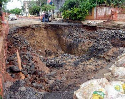 Taponamiento de tubos causó enorme cráter que apeligra a vecinos