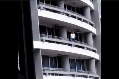 Por hacer selfi cayó del piso 27