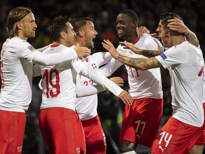 Suiza restablece sus opciones y baja a Islandia