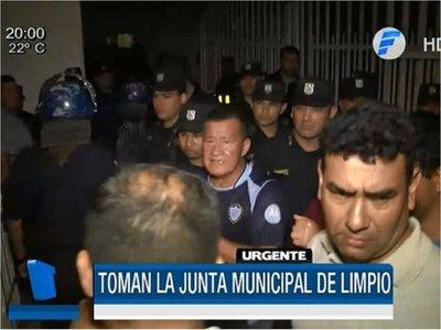 Concejales quedaron retenidos por manifestación en Limpio