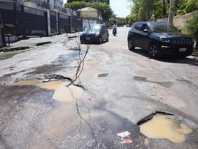 Lluvias minan Asunción de baches y registros hundidos