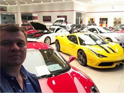 Amarilla se mofa y muestra su afición por autos de lujo