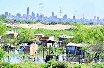 La atípica crecida del río Paraguay desplaza a 300 familias en Asunción