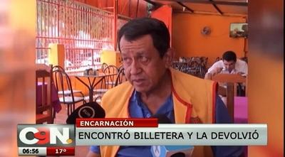 Quinielero devuelve G. 4 millones y billetera con documentos