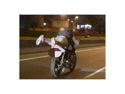 Manejaba acostado, perdió el control de su moto y terminó internado