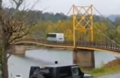 El tenso momento en el que un autobús intenta cruzar un puente colgante