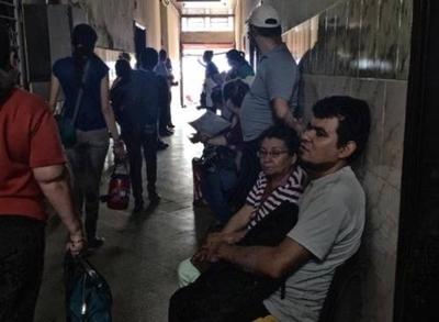 HOY / Rajarán a enfermera por exigir dinero a paciente en un hospital público