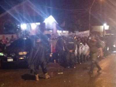 A pesar de gran lluvia y coacción policial, manifestantes dieron lección de civismo
