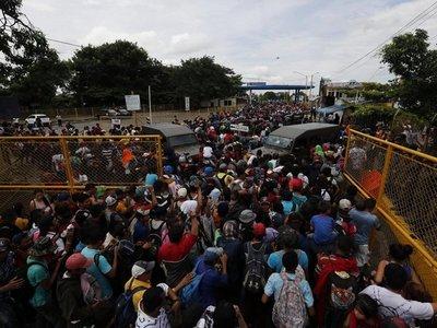Miles de hondureños saltan cordón en Guatemala y entran a México