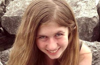 La desesperada búsqueda de una niña de 13 años que despareció tras el asesinato de sus padres
