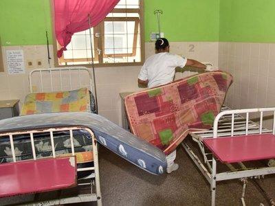 Colchones en mal estado y escaso personal en hospital de Paraguarí