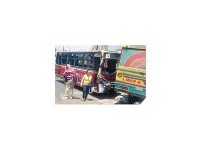 Chocan buses que circulaban con medida cautelar judicial