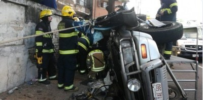 Cinco heridos en vuelco en zona del Mercado 4