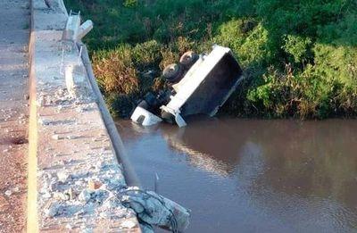 Camión impacta contra baranda de puente, cae a un arroyo y conductor fallece ahogado