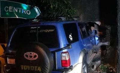 HOY / Camioneta ingresó al cementerio en vez de girar
