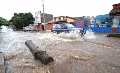 HOY / Raudales y lluvias se llevan US$ 10 millones al año: hay dinero para sueldos y no para obras